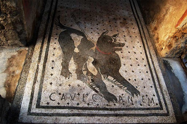 "El 'Cave Canem' más famoso, en Pompeya. Foto: Eufrosine (<a href=""https://es.wikipedia.org/wiki/Archivo:Cave_canem_casa_poeta_tragico.JPG"" target=""blank"">Wikimedia</a> <a href=""https://creativecommons.org/licenses/by-sa/4.0/"">CC BY-SA 4.0</a>)."